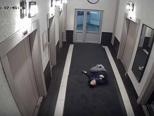 semya-izbila-kurera-lifte