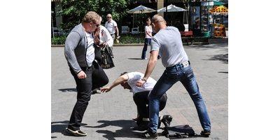 Двое парней избили мужчину