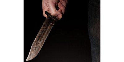 Парень напал с ножом на девушку